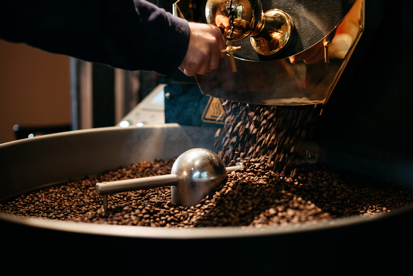 Vysypanie kávy na chladič